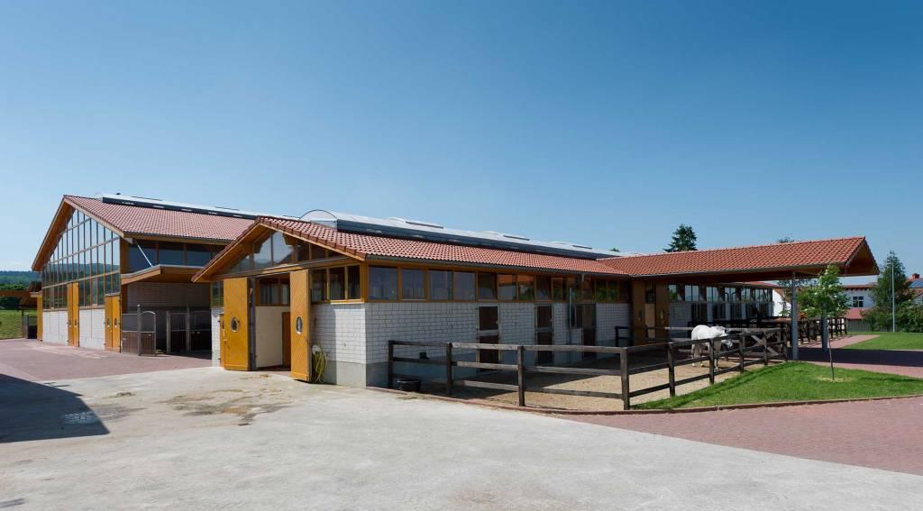 Paddocks und Hauptgebäude der Tierklinik, Hof, Miste